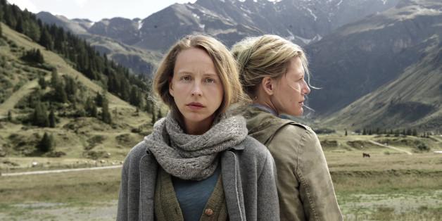 """Eva Perner (Petra Schmidt-Schaller, l) und ihrer Schwester Lydia (Ina Weisse, r) in das """"Das Dorf des Schweigens"""""""
