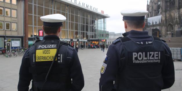 Zwei Bundespolizisten vor dem Hauptbahnhof in Köln