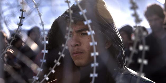 Ein afghanischer Flüchtling an der Grenze zwischen Mazedonien und Griechenland