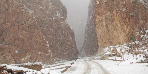 Dans le sud du Maroc, les gorges du Todra sont vêtues de neige