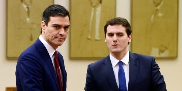 Pedro Sanchez(PSOE) et Albert Rivera (Ciudadanos) le 24 février 2016 au Parlement à Madrid