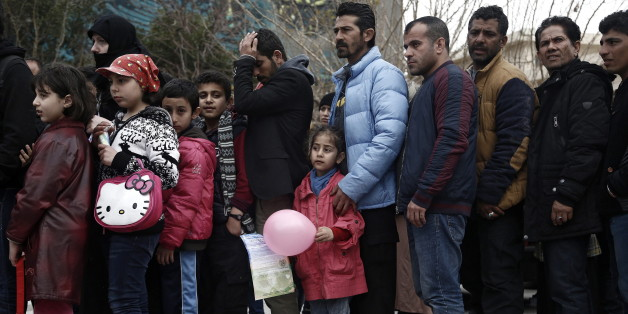 Flüchtlinge warten im griechischen Hafen Piräus auf Hilfe