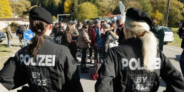 Zwei Polizistinnen der Bundespolizei an der Grenze zu Österreich