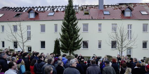 Eine Demonstration gegen Fremdenhass nach einem Anschlag auf eine Flüchtlingsunterkunft in Tröglitz