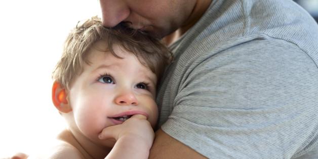 Ein verzweifelter Vater will sein Baby tätowieren, um ihn von seinem Zwillingsbruder zu unterscheiden.