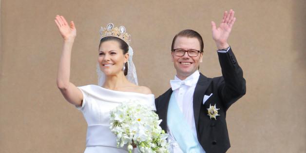 (GERMANY OUT) Hochzeit von Kronprinzessin Victoria und Daniel Westling in Stockholm, winken nach der Hochzeit auf dem Balkon der Westseite des Koeniglichen Schlosses  (Photo by Schraps/ullstein bild via Getty Images)