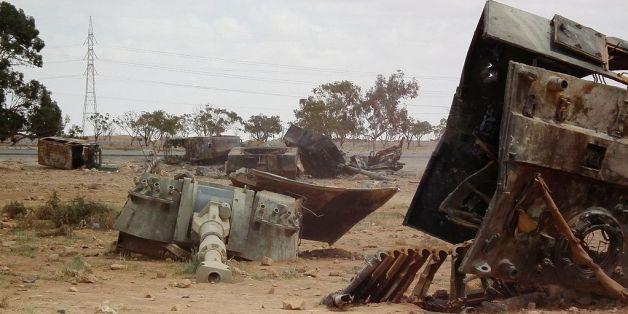 Un char libyen détruit par un raid de l'Otan  près de Benghazi, le 19 mars 2001