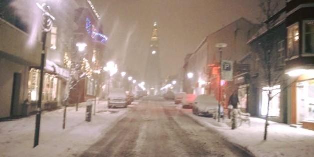 Eine Frau fotografiert eine verschneite Strasse, danach wird sie weltweit gesucht