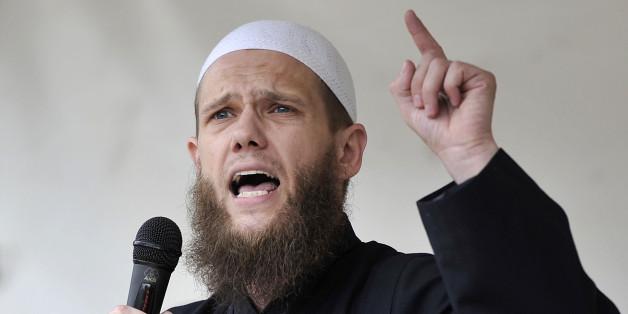Der islamistische Prediger Sven Lau, auch Abu Adam genannt, spricht am 09.06.2012 in Köln auf einer Veranstaltung von Salafisten (Archivbild)
