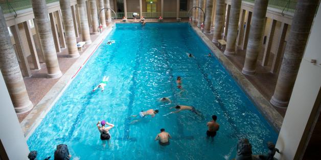 Badegäste in einem Schwimmbad im Berliner Stadtteil Neukölln (Symbolbild)
