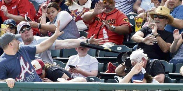Shaun Cunningham a coincé son avant-bras devant le visage de son fils pour dévier une batte de baseball