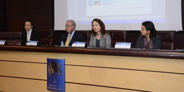 De gauche à droite, Lamia El Bouanani, directrice exécutive de l'Institut marocain des administrateurs, Marc Lamy, directeur du centre Electronic Data Systems (EDS) à Rabat, Dounia Taarji, représentante du Club des femmes administratrices (CFA) Maroc et Sarah Cuttaree, chargée de gouvernance à la Société financière internationale (SFI).