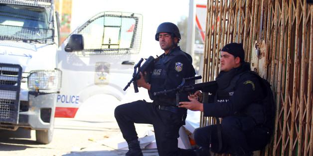 Des officiers de police tunisiens prennent position durant la traque des terroristes à Ben Guerdane, le 8 mars 2016.