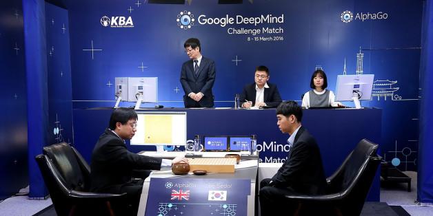 Le maître du jeu de Go Lee Se-Dol a concédé une première défaite face à AlphaGo, le logiciel de Google/DeepMind. Reste encore 4 matchs à jouer.