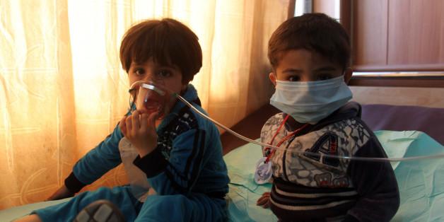 Zwei Kinder, die nach den Angriffen in einem Krankenhaus in Kurkuk behandelt wurden. (Xinhua/Ako Zangana via Getty Images)