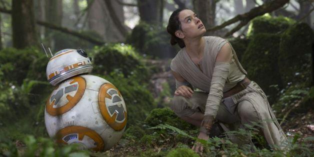Le personnage de Rey, dans l'épisode VII de Star Wars, joué par Daisy Rideley et le robot BB8