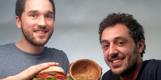 Der Bux Burger bietet Larven im Brötchen - aber schmeckt das überhaupt?