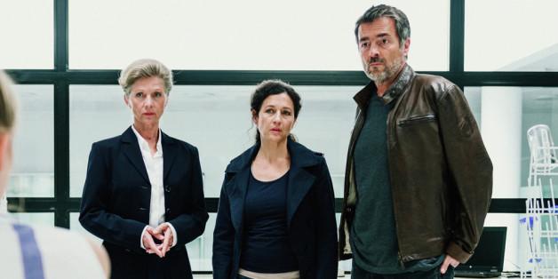 Rektorin Elisabeth Ammann (Esther Gemsch, l.), Liz Ritschard (Delia Mayer) und Reto Flückiger (Stefan Gubser) befragen Avas beste Freundin