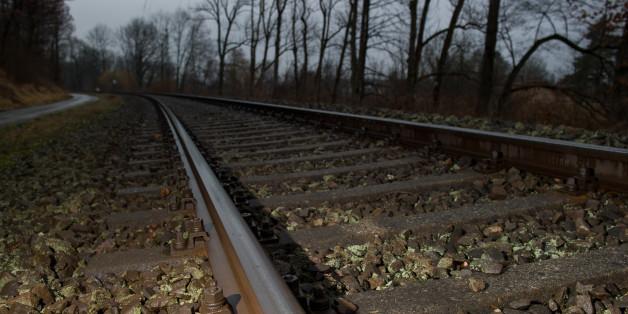 Ein junger Flüchtling ist aus dem Zug gesprungen und wurde tot auf den Gleisen gefunden