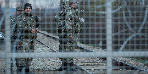 Schon dicht: Mazedonische Grenzsoldaten stehen in Idomeni am Grenztor zwischen Griechenland und Mazedonien