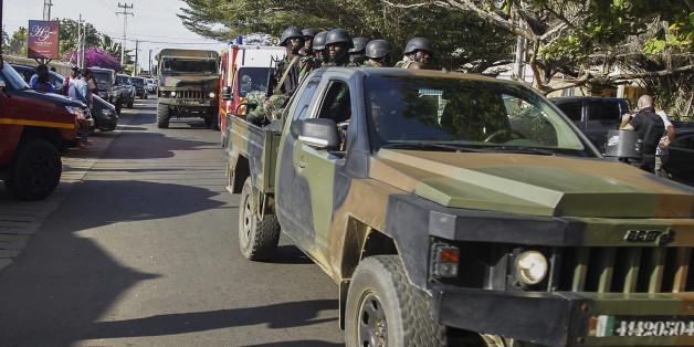 """Soldaten sichern eine Straße vor dem Hotel """"Etoile du Sud"""" in Grand Bassam"""