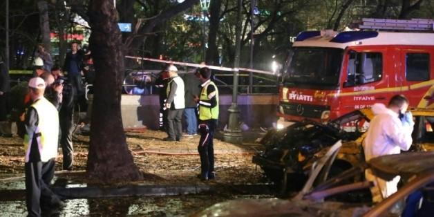 La police sur le site d'une explosion meurtrière, le 13 mars 2016 à Ankara, en Turquie