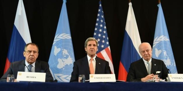 De gauche à droite, le ministre russe des Affaires étrangères, Serguei Lavrov, le secrétaire d'Etat américain, John Kerry, et l'envoyé spécial de l'ONU pour la Syrie, Staffan de Mistura, le 12 février 2016 à Munich