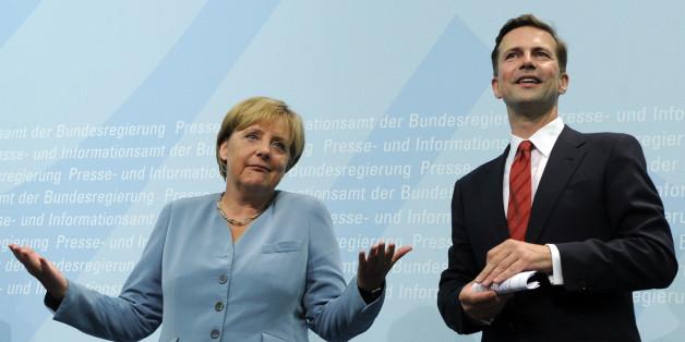 Bundeskanzlerin Angela Merkel (CDU) und Regierungssprecher Steffen Seibert, aufgenommen am Montag, 16. August 2010, waehrend der Amtseinfuehrung von Seibert im Bundespresseamt in Berlin. (apn Photo/Berthold Stadler)