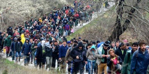 Hunderte Flüchtlinge haben sich aus Idomeni in Richtung Mazedonien aufgemacht