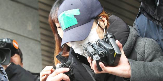계모의 학대로 숨진 신원영(7)군 사건에 대한 현장검증이 14일 평택에서 진행된다. 14일 오후 계모 김모(38)씨가 현장검증 장소로 이동하기 위해 경기도 평택시 비전동 평택경찰서를 나오고 있다.