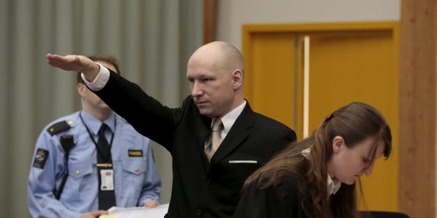 Anders Breivik fait un salut nazi à son arrivée au procès contre l'Etat