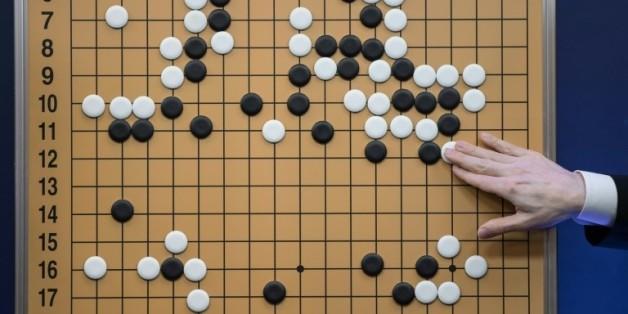 Un commentateur reproduit sur un plateau le jeu de go en cours entre l'ordinateur AlphaGo et Lee Se-Dol, à Séoul le 13 mars 2016