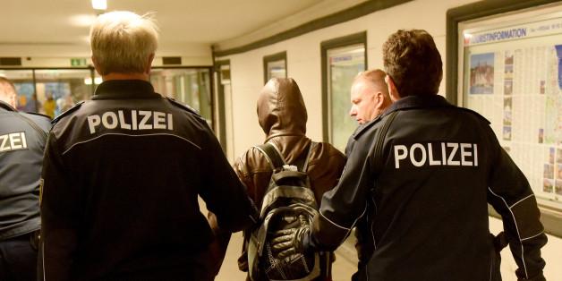 Bundespolizisten führen am Bahnhof Flensburg einen Flüchtling ohne Ausweispapiere zu ihrem Fahrzeug