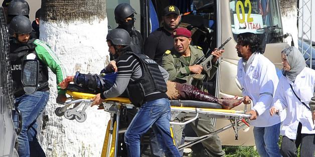 Evacuation d'une victime lors de l'attentat du Bardo, le 18 mars 2015.