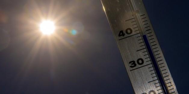 Evelyne Dhéliat présentant un faux bulletin météo en 2050
