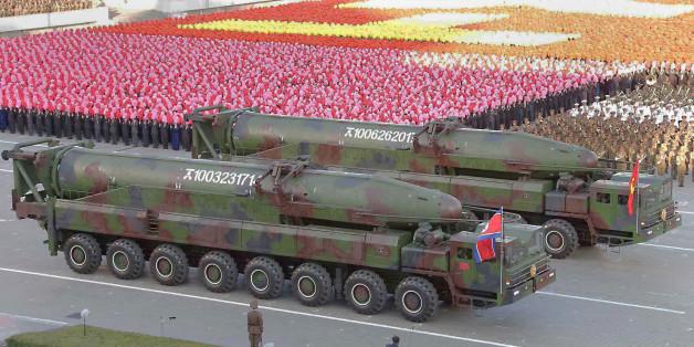 Nordkoreanische Langstreckenraketen bei einer Militärparade im Oktober 2015