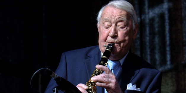 (GERMANY OUT) Hugo Strasser (92), Musiker, Jazz, Klarinette, hier bei einem Open Air Konzert auf dem Römerberg in Frankfurt am Main.   (Photo by Manfred Roth/ullstein bild via Getty Images)