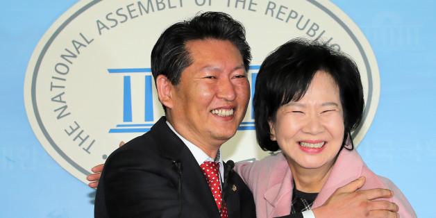 더불어민주당 정청래 의원 지역구인 서울 마포을에 전략공천된 손혜원 홍보위원장이 18일 오후 국회 정론관에서 출마 기자회견을 가진 뒤 정 의원과 포옹하고 있다.