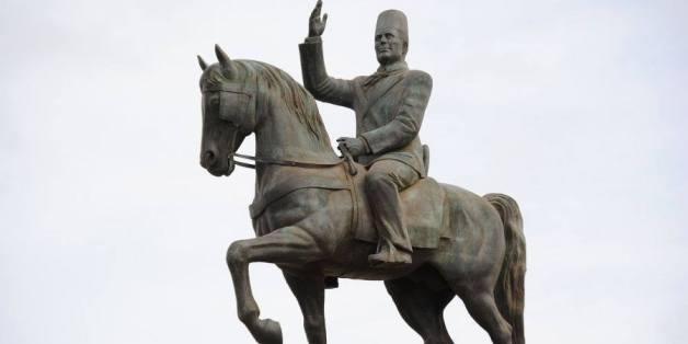 La statue de Habib Bourguiba, déplacée par la présidence de la République de La Goulette, où le président Ben Ali l'avait déménagé, vers son emplacement initial sur l'avenue Bourguiba à Tunis.