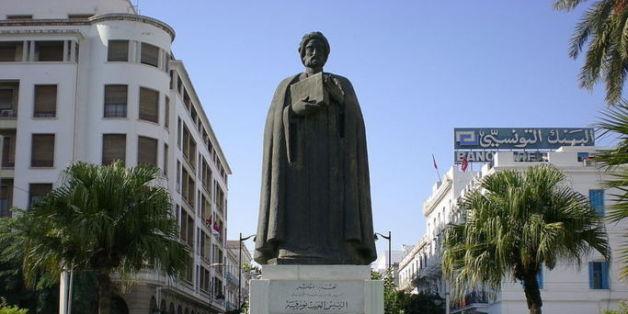 La statue de Ibn Khaldoun sur l'avenue Habib Bourguiba, à Tunis.