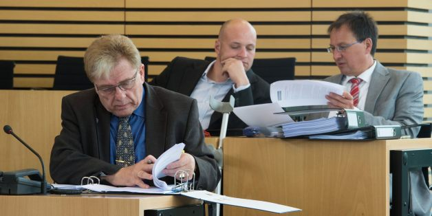 Der Abgeordnete Siegfried Gentele im Thüringer Landtag, hinter ihm Jens Krumpe und Oskar Helmerich