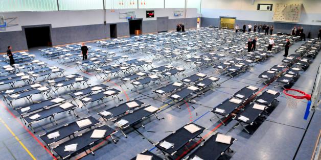 Über 200 Feldbetten für die Erstunterbringung von Flüchtlingen stehen am 07.09.2015 in der Neuwerker Sporthalle (Nordrhein-Westfalen)