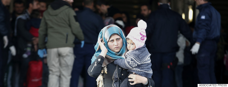 port greece refugees march 2016