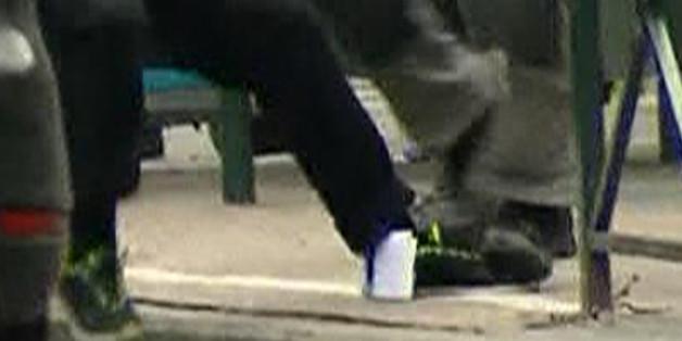 Bei der Festnahmen fiel dem Terror-Verdächtigen Abdeslam ein Zettel aus dem Hosenbein