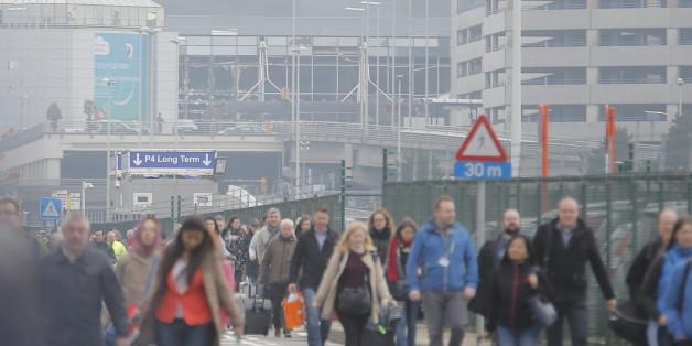 Nach der Explosion wird der Flughafen Brüssel evakuiert. In Twitter laufen die ersten Reaktionen auf die Geschehnisse ein