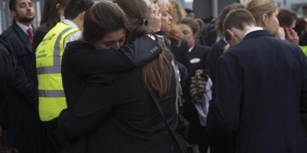 Weinend liegen sich zwei Freuen in Brüssel in den Armen. Sie haben den Terror überlebt. Auf Facebook kann man auch aus der Ferne die Sicherheit seiner Freunde erfahren