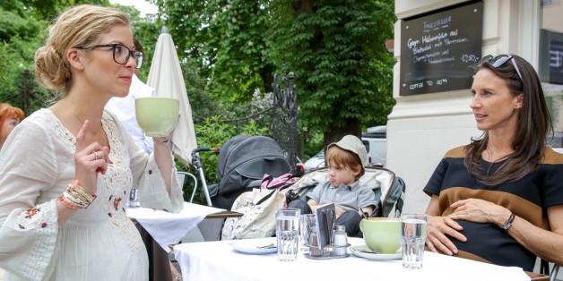 Waltraud (Maria Köstlinger, r.) ist schwanger vom minderjährigen Sohn ihrer Freundin Maria, was ihr Leben nicht leichter macht und ihre ebenfalls schwangere Spielplatzbekanntschaft Vanessa (Hilde Dalik, l.) trägt nicht unbedingt zur Entspannung bei