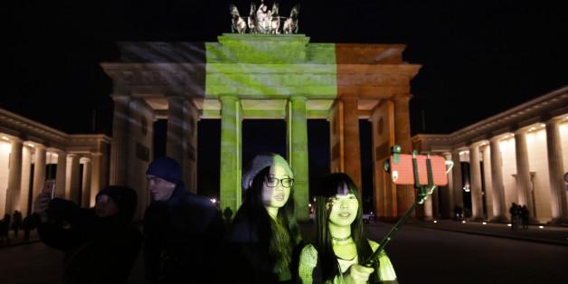 Das Brandenburger Tor leuchtet in den belgischen Nationalfarben.