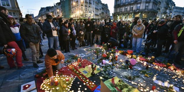 Passanten gedenken am Pariser Place de la Bourse den Opfern der Brüsseler Terroranschläge.