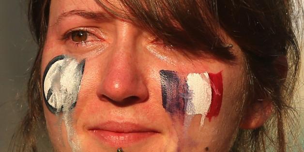 Eine Frau auf einer Gedenkveranstaltung für die Opfer des Anschlags in Paris